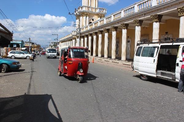 Un mototaxi circula  por  una  de las  calles  de  Patzún, Chimaltenango.