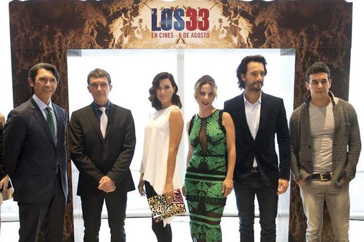 """Algunos de los protagonistas del filme """"Los 33"""", entre ellos Antonio Banderas, y que se estrenó el sábado en Santiago. (Foto Prensa Libre, AFP)"""