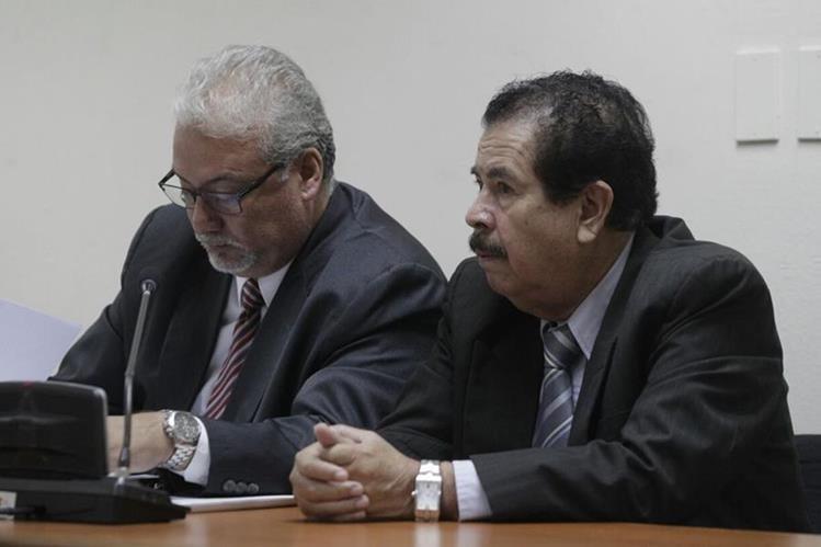 El dueño de la Droguería José Gil, Noé Gilberto Ramírez –derecha –, es juzgado por negarse a ser fiscalizado por la SAT. (Foto Prensa Libre: E. Bercian)
