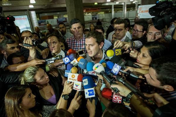 Albert Rivera (c) ofrece declaraciones a periodistas a su llegada a Caracas.(EFE).