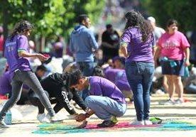 Voluntarios realizan arte en aserrín este Jueves Santo