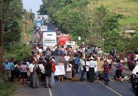 Pobladores atravesaron llantas y piedras para evitar el tránsito vehicular. (Foto Prensa Libre: Rolando Miranda)