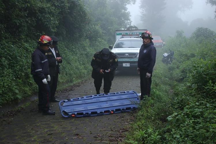 Socorristas resguardan el cadáver de la mujer que aún no ha sido identificada. (Foto Prensa Libre: Víctor Chamalé)