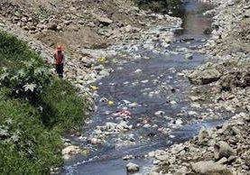 El grado de contaminación del río Rimac es evidente. (Foto Prensa Libre: AFP).