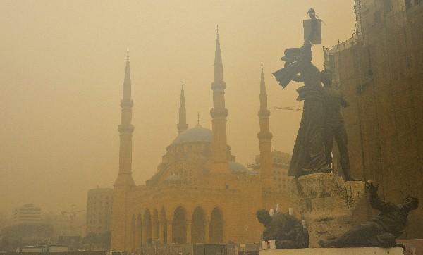 Tormenta de arena envuelve a la estatua de los mártires en Beirut,Líbano.
