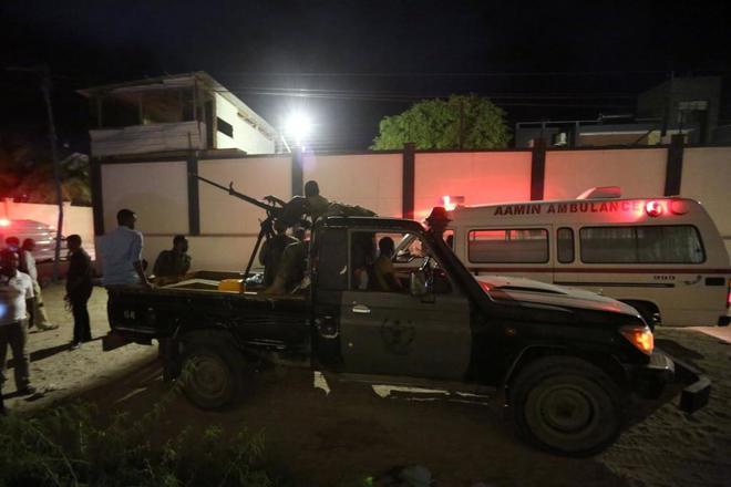Fuerzas de seguridad y ambulancias a las afueras del restaurante atacado en Mogadiscio. Foto Prensa Libre: DPA.