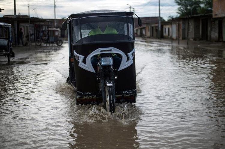 Carreteras y calles importantes han quedado inundadas por el fenómeno de El Niño. (Foto Prensa Libre: AFP)