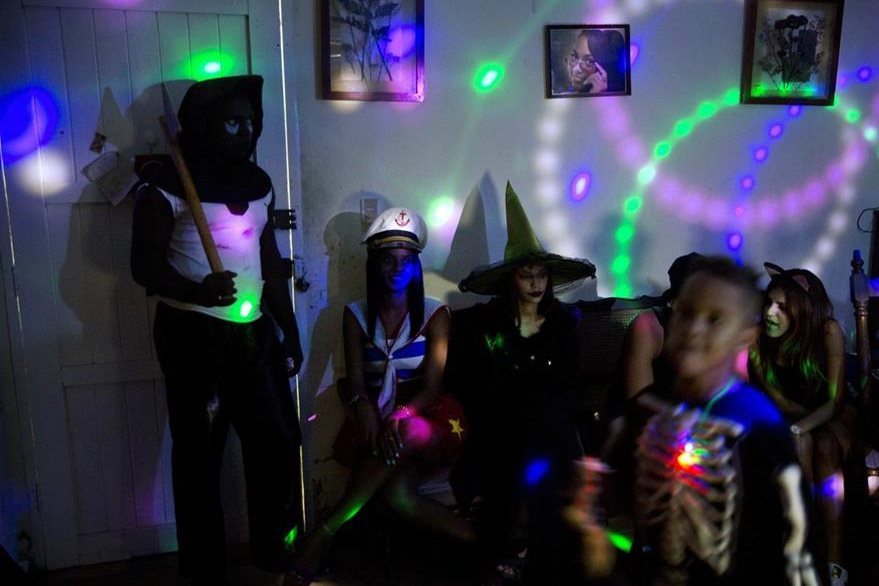 Jóvenes cubanos visten trajes alusivos a Halloween para asistir a una fiesta privada en La Habana, Cuba. (Foto Prensa Libre: AP).