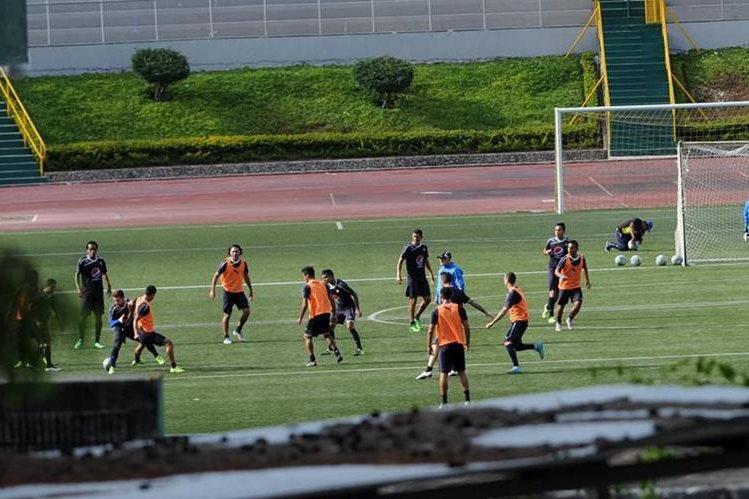 Comunicaciones se entreno hoy a puerta cerrada en el estadio Cementos Progreso. (Foto Prensa Libre: Óscar Felipe)