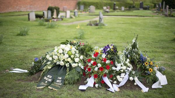 Tumba del escritor alemán Günter Grass, fallecido el pasado 13 de abril. (Foto Prensa Libre: EFE)