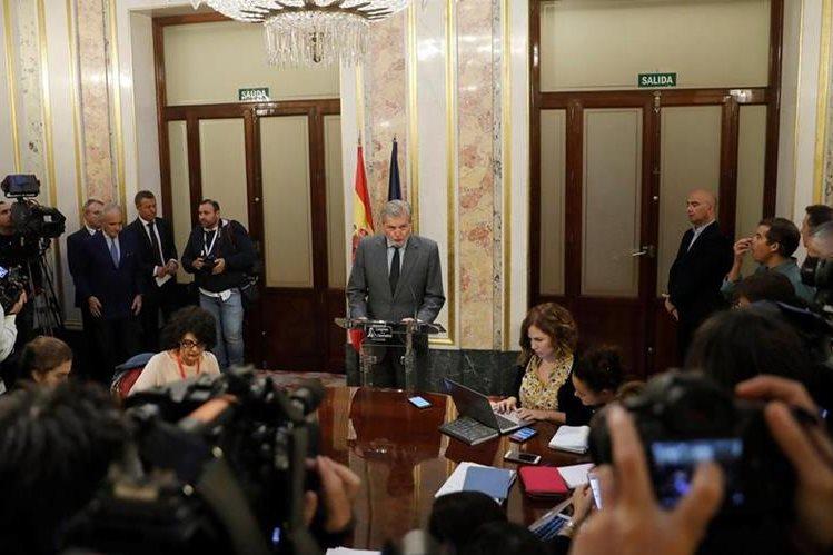El ministro portavoz del Gobierno, Íñigo Méndez de Vigo, lee declaración institucional sobre Cataluña. (Foto Prensa Libre: EFE)