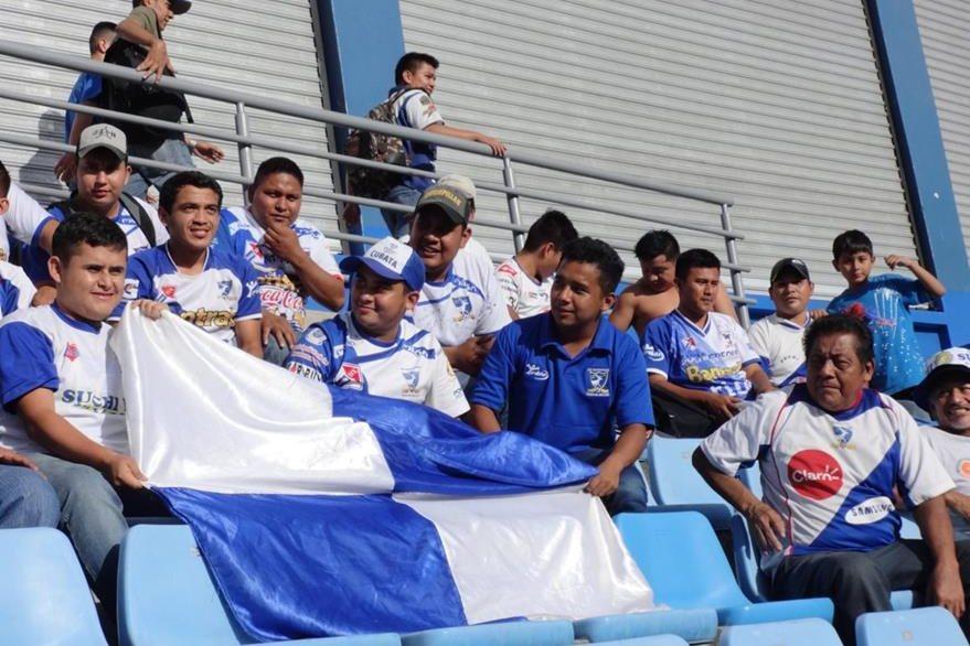 La afición mazateca hizo todo lo posible por llegar a apoyar a su equipo al estadio. (Foto Prensa Libre: Norvin Mendoza)