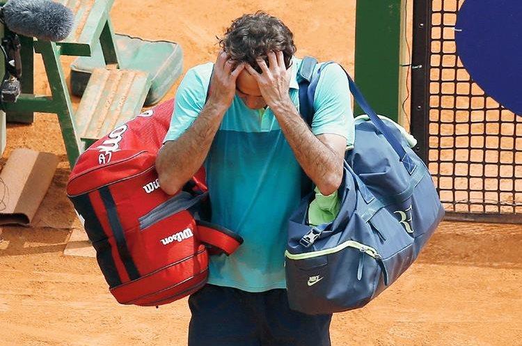 Roger Federer sale de la cancha mientras lamenta su eliminación. (Foto Prensa Libre: AFP).