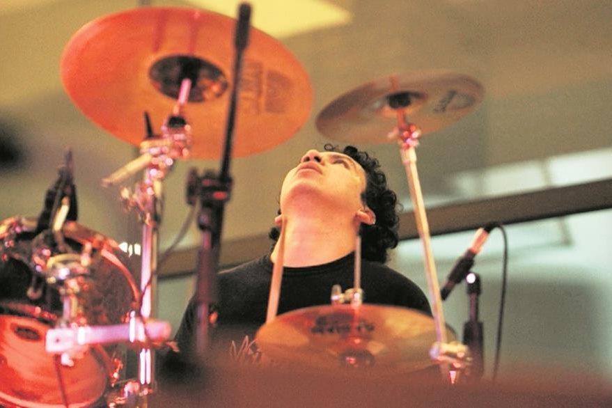Vinicio Molina  grabó el sonido de las baterías en el Teatro Roberto Cantoral de la Ciudad de México. (Foto Prensa Libre: Keneth Cruz)
