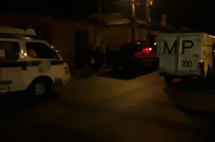 Agentes de la Policía Nacional Civil y fiscales del Ministerio Público se hicieron presentes en la escena del crimen. (Foto Prensa Libre: Renato Melgar)
