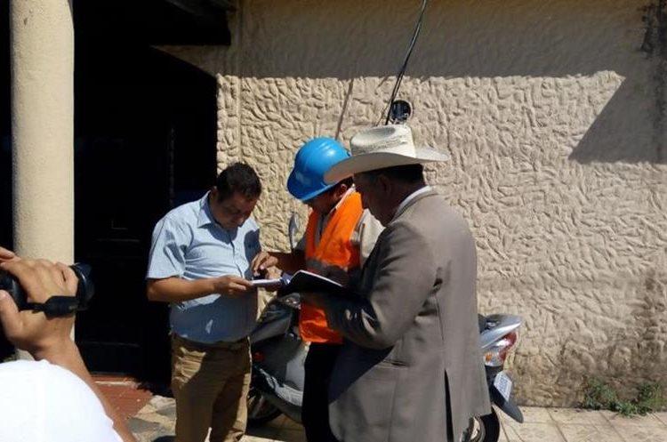 Personal de Energuate asegura que el servicio en la vivienda del concejal fue suspendido en diciembre del 2017. (Foto Prensa Libre: Cristian Icó)