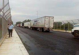 Entre Guatemala y México circula la mayor parte del comercio regional, por el momento el paso está paralizado en puente Tecún Umán. (Foto Prensa Libre: Cortesía)