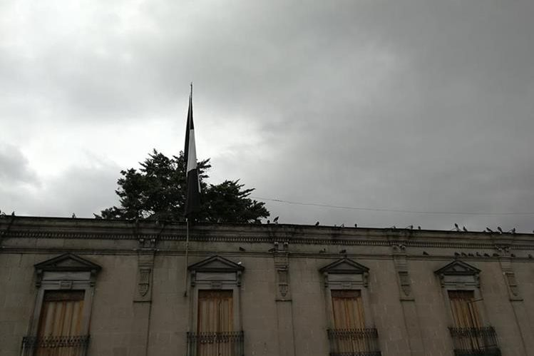 Bandera que fue retirada por orden de autoridades Gobernación de Quetzaltenango. (Foto Prensa Libre: Fred Rivera).