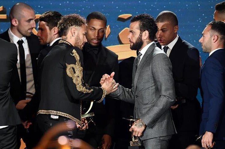 Dani Alves es saludado por su compañero de equipo Neymar Jr. (Foto prensa Libre: AFP)