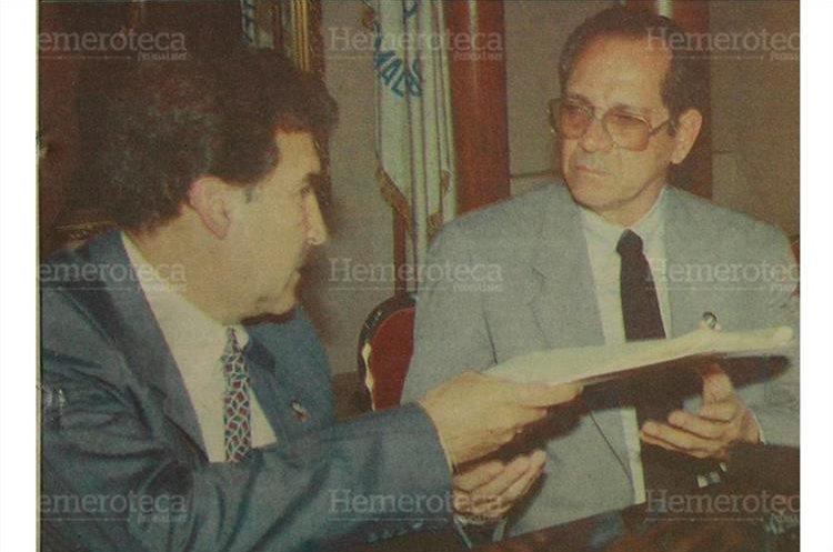 El presidente Ramiro de León Carpio, entregó al licenciado Fernando Bonilla Martínez, presidente del Tribunal Supremo Electoral, la solicitud para convocar a la consulta popular. 27/9/1993. (Foto: Hemeroteca PL)