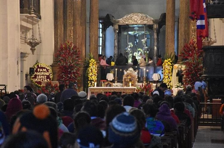 Centenares de devotos participan en la Santa Eucaristía en la Basílica de Esquipulas.(Mario Morales)