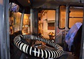 El cuerpo del ayudante quedó dentro del autobús. (Foto Prensa Libre: Bomberos Voluntarios).
