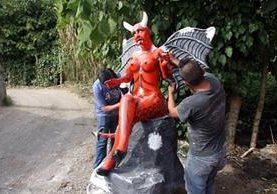 Efigie de diabla es reparada, luego de haber sido incautada por la PNC en Antigua Guatemala. (Foto Prensa Libre: Renato Melgar)