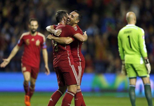 El delantero de la selección española, Francisco Alcácer (i), celebra su gol, segundo del equipo, con Santi Cazorla, durante el partido con Luxemburgo (Foto Prensa Libre: EFE)