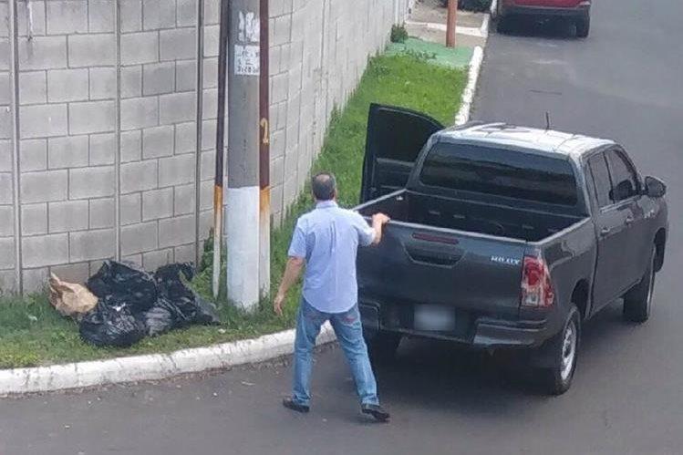 Una persona fue captada en un sector de San Cristobal, zona 8 de Mixco, cuando dejaba varias bolsas con basura que llevaba en un picop.(Foto Prensa Libre:cortesía)