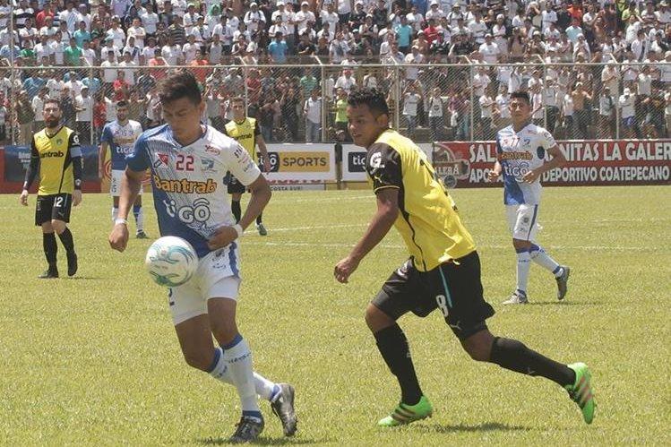 Suchitepéquez venció 2-1 a los cremas en el partido que se jugó en el estadio Israel Barrios. (Foto Prensa Libre: Alexánder Coyoy).