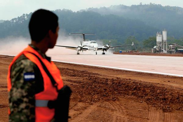 La aeropista mide 1 mil 400 metros y rrizarán aviones de 50 pasajeros. (Foto Prensa Libre. AFP)