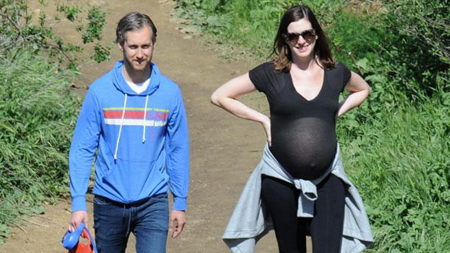 La actriz Anne Hathaway fue sorprendida por los paparazzi mientras paseaba con su esposo Adam Shulman. (Foto Prensa Libre: mx.hola.com)