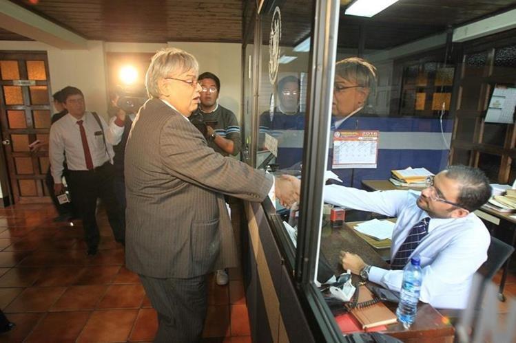 Morales colocó un aparo en contra del IGSS en la CC. (Foto Prensa Libre: Esbin García)