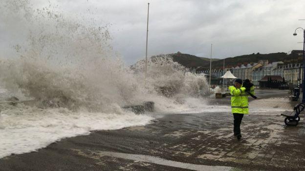 Las olas se han hecho sentir en el paseo marítimo de Aberystwyth.