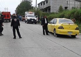 Socorristas junto al vehículo en el que se conducían Ervin Rosales Juárez y su acompañante cuando fueron ultimados a tiros. (Foto Prensa Libre: Eduardo Sam)