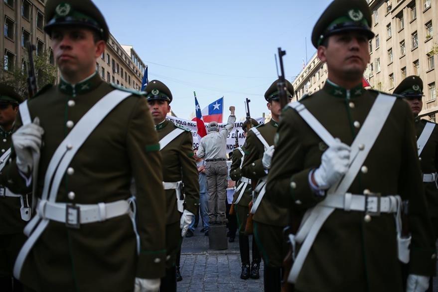 Policías resguardan la capital chilena. (AP)
