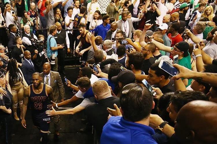 Acciones del juego Celtics - Boston, en el primer juego de la final de la Conferencia del Este. (AFP)