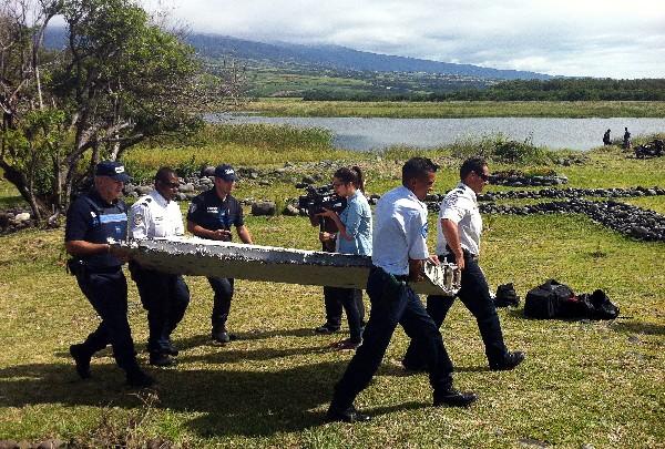 <em>Restos procedentes al parecer de un avión son trasladados para se analizados.(Foto Prensa Libre:AFP)</em>