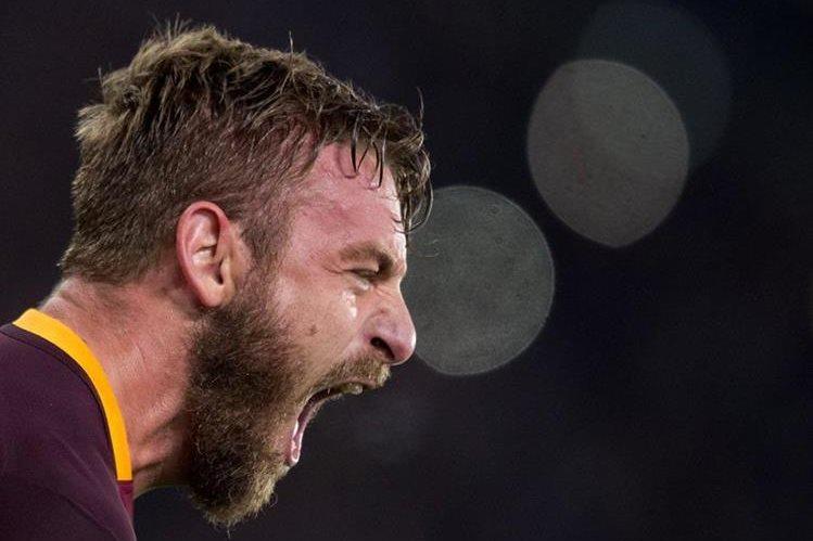 Daniele De Rossi grita de alegría luego de anotar a favor de la Roma en su partido 500. (Foto Prensa Libre: AP)