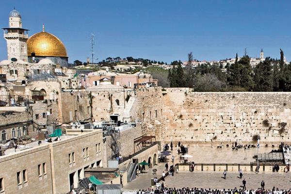 El Muro de las Lamentaciones —en primer plano—, en Jerusalén, es un lugar sagrado para los israelíes. Al fondo se observa la Explanada de las Mezquitas, sitio venerado por los musulmanes. (Foto Prensa Libre: Hemeroteca PL).