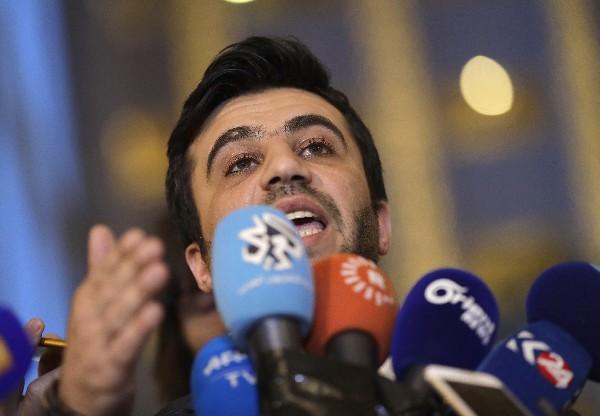 Un integrante de la delegación de la oposición siria Issam El-Raees habla a la prensa. (AP).