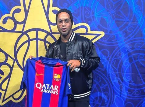 Ronaldinho es el embajador del Barcelona en el juego de las estrellas de la NBA. (Foto Prensa Libre: Instagram: Ronaldinho)