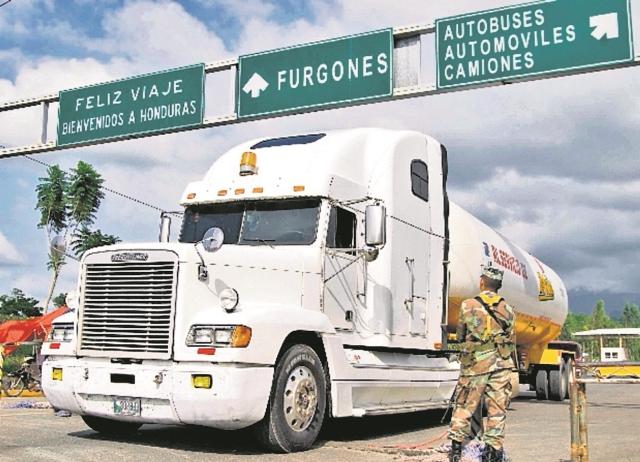 Un militar observa el ingreso de vehículos en la frontera entre Honduras y Guatemala. (Foto Prensa Libre: Hemeroteca PL).