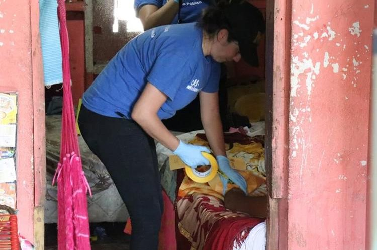 Una perito del MP efectúa el peritaje en la escena del crimen contra Fernanda Guillen, en Puerto Barrios, Izabal. (Foto Prensa Libre: Dony Stewart)