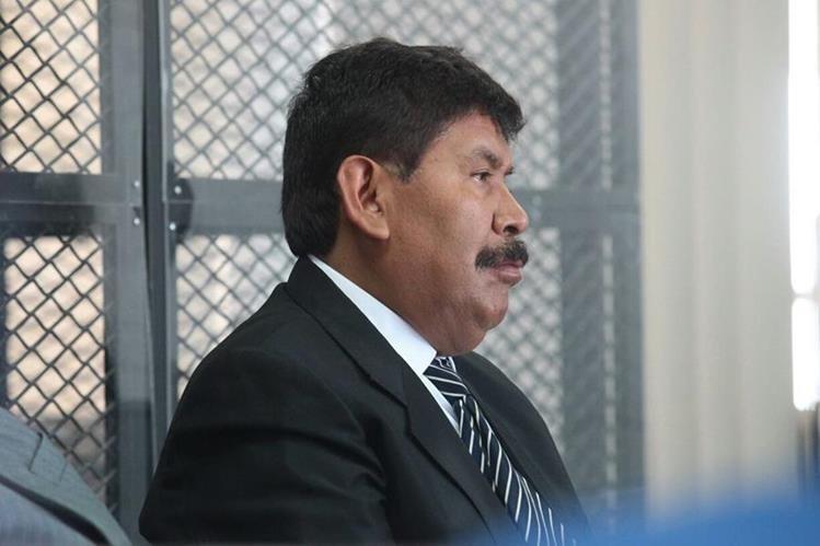 Adolfo Vivar, exalcalde de Antigua Guatemala, Sacatepéquez, escucha la resolución del juez de Extinción de Dominio. (Foto Prensa Libre: Álvaro Interiano)