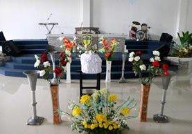 Los restos del bebé, durante el velorio efectuado en la Iglesia de Dios del Evangelio Completo. (Foto Prensa Libre: Rolando Miranda)