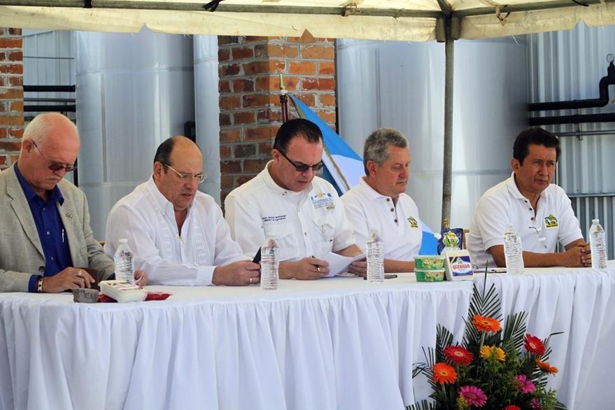 Rober Vergoosen, consul Holanda; José Moreno ministro MIDES; Mario Méndez ministro Agricultura; Federico Fernández presidente Tecnolac; José Escobar vicepresidente Tecnolac.