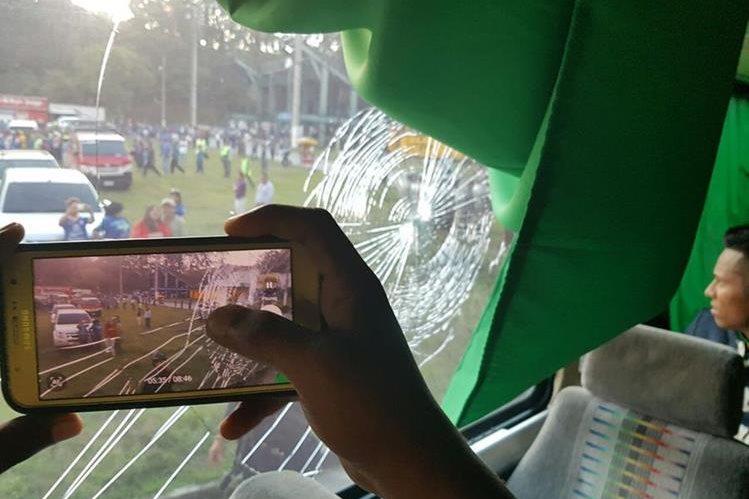 Las pedradas alcanzaron los vidrios del bus de Guastatoya. (Foto Prensa Libre: CD Guastatoya/Twitter)