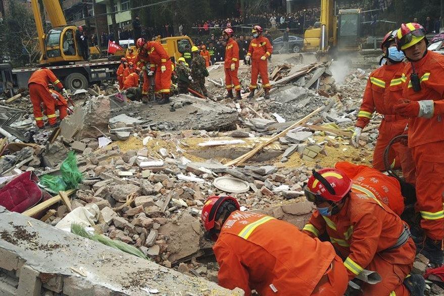 Rescatistas trabajan en la escena del derrumbe de cuatro edificios en Wenzhou, en China. (EFE).