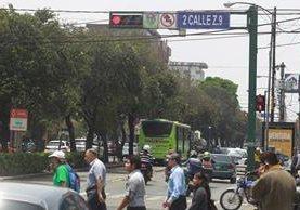 Los semáforos a lo largo de la 6a avenida, zona 9, están sincronizados desde el centro de monitoreo en la zona 12. (Foto Prensa Libre: Carlos Hernández)